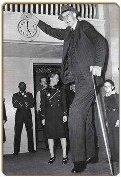 Photos of Robert Wadlow - The Tallest Person in History Robert Pershing Wadlow – is the tallest person in history for whom there is irrefutable evidence. Wadlow is sometimes known as the Alton Giant or Giant of Illinois because he was born and Giant People, Tall People, Old Photos, Vintage Photos, Vintage Portrait, Nephilim Giants, Nephilim Bones, Human Oddities, Tall Guys