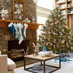 Wohnzimmer weihnachtlich dekorieren weiß blau Christbaum Weihnachtssterne