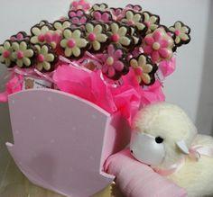 Los souvenires de Jazmin para su nacimiento fueron flores de chocolate en cunita de madera para que jugar cuando sea más grande, y para que la mamá recuerde por siempre el día de su llegada