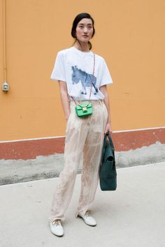 Great style and love the total composition of the picture of Lina Zhang - Models Off Duty Street Chic, Street Wear, Look Fashion, Womens Fashion, Net Fashion, Asian Fashion, Mode Grunge, Looks Street Style, Horse T Shirts