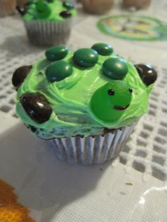 turtle cupcakes- too easy and too cute, I almost want this to be my theme so I can do this, lol