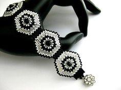 Perlenarbeiten Peyote Armband in Silber schwarz von MadeByKatarina