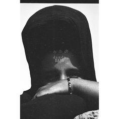 #Mauritania I L'intensità dello #sguardo di questa persona non necessita di alcuna composizione fantasiosa. Non serve vedere più della #donna, bastano il #viso e il polso. La sagoma della sua #testa con il #velo #nero riempie ordinatamente l'inquadratura. #Africa, #Mauritania 1972.