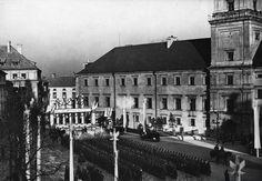 Fragment uroczystości na Placu Zamkowym, nierozpoznany oddział WP w oczekiwaniu na regenta Węgier. Z prawej widoczny Zamek Królewski 1938-02-08 - 09
