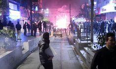 กลุ่มชุมนุมในนครอิสตันบูล ประเทศตุรกี กำลังล่าถอยหลังปะทะกับตำรวจปราบจลาจล ระหว่างการประท้วงการคอร์รัปชัน และเรียกร้องให้นายกรัฐฒนตรี เรเจป ไตยิป เอร์โดอัน ลาออกจากตำแหน่งเมื่อ 25 ธ.ค. วันเดียวกับที่ 3 รม...