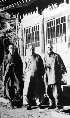 1973년 무렵 해인사 백련암에서 성철 스님(가운데)과 법정 스님(오른쪽), 그리고 훗날 송광사 주지를 지낸 현호 스님이 함께 자리했다.