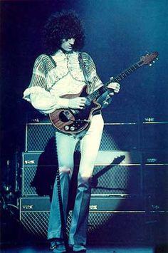 """Brian May, guitarrista y uno de los compositores de Queen, es Ph.D. en astrofísica en el Imperial College de Londres. Su tesis doctoral se titula """"Survey of Radial Velocities in the Zodiacal Dust Cloud"""". Es co-autor de dos publicaciones y del libro """"Bang! – The Complete History of the Universe""""."""