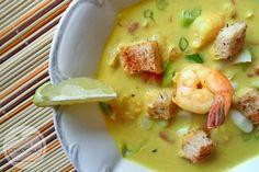Zupa krewetkowa z Tajlandii..  1 paczka krewetek Black Tiger, 1 paczka krewetek koktajlowych, 400 ml mleczka kokosowego, pęczek dymki, 2 trawy cytrynowe, 1 duży pomidor, 1 limonka, 5 łyżek słodkiego sosu chili, 1 łyżka sosu rybnego, 2 łyżki sosu sojowego, 5 cm kawałek imbiru, papryczka chili, 1 łyżeczka curry,1 łyżeczka kurkumysól i pieprz