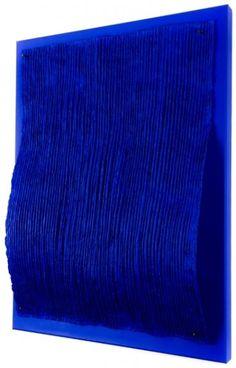 Jan Schoonhoven Jr. Blue Wave, Reliëf, Los papier-maché vlak, bevestigd met 4 metalen zwarte spijkers op canvas, afgewerkt met blauwe acrylverf en pigment, 80 x 100 cm.