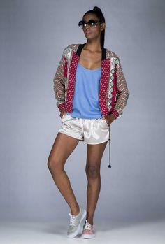 O #Athleisure continua trazendo #inspiração para o #Verão 16-17. Renovado pelas diferentes matérias-primas: #metalizadas, #lustrosas, leves e #estampadas, tudo num só look. #SportChic #Printed #Jeans #Metallic #FocusTextil