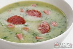 Caldo Verde - famosa sopa portuguesa com batatas, couve e paio. Chef Recipes, Vegan Recipes Easy, Kitchen Recipes, Soup Recipes, Cooking Recipes, Food C, Good Food, Yummy Food, Portuguese Recipes