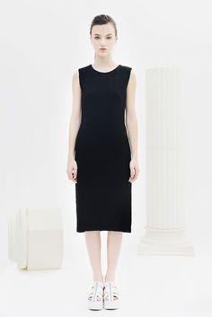 BOGDAR SS16. Vestido recto, sin mangas, cierre de cremallera en la parte posterior oculta y botonadura magnética decorativa en los hombros. #SS16 #minimalismo #tendencia #modamujer #lookbook #bogdar #femenino #moda