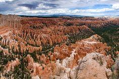 Les pics rocheux très colorés du Bryce Canyon, en Utah, ont été érodés par l'eau, la glace et la neige. C'est l'oxydation des minéraux contenus dans les roches qui a produit cette vaste palette de couleurs