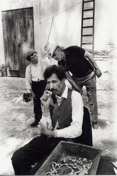 """Ciccio Ingrassia e Federico Fellini, sul set di """"Amarcord""""."""