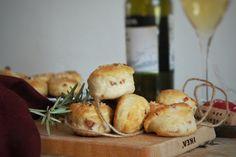 Le focaccine di patate con speck e rosmarino sono soffici e golose, perfette per un aperitivo. Ecco la ricetta ed alcuni consigli utili