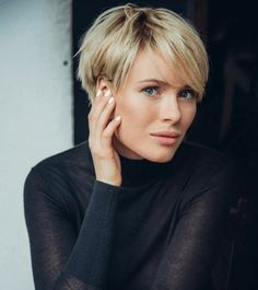 Rövid frizurák hosszú frufru-val | Frizuraképek Edgy Pixie Hairstyles, Blonde Pixie Haircut, Curly Pixie Haircuts, Pixie Haircut Styles, Pixie Haircut For Thick Hair, Bob Hairstyles For Thick, Haircuts For Fine Hair, Girl Haircuts, Short Hair Styles
