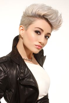 Undercut with a fabulous platinum colour! A little MILEY CYRUS and so be it!