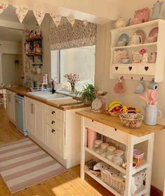 Small Cottage Interiors, Cottage Kitchens, Apartment Kitchen, Home Decor Kitchen, Kitchen Design, Estilo Shabby Chic, Modern Bedroom Decor, Hygge Home, Shabby Chic Furniture