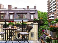 pour le petit balcon servez-vous de porte-pots et porte-jardinières