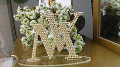 Recorte a laser, em acrílico espelhado dourado e decorado com pérolas e estrass de primeira linha. Lindo, um luxo para decorar o topo de seu bolo. R$ 190,00