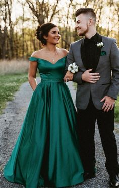 pics are sweeping us off our feet ☀️ - Off the Shoulder Prom Dress, Prom Photos, Prom Couples Pictures Source by SevenProm - Emerald Prom Dress, Prom Dresses Long Pink, Prom Dresses With Pockets, Beaded Prom Dress, Prom Party Dresses, Dress Prom, Bridesmaid Dresses, Club Dresses, Emerald Green Formal Dress