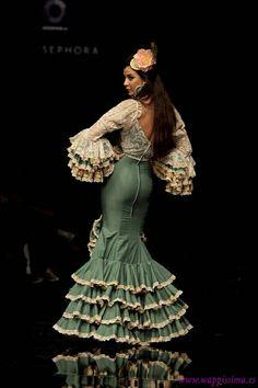. Flamenco Costume, Flamenco Dancers, Dance Costumes, Flamenco Dresses, Spanish Dress, Spanish Style, Fashion Beauty, Fashion Looks, Spanish Fashion