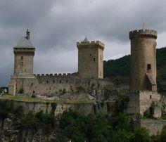 Le château de Foix fut le centre du comté du même nom, seulement rattaché au domaine royal au début 17°s. Il résista aux assauts de Simon de Montfort lors de la croisade contre les Albigeois, mais les comtes de Foix se gardèrent bien d'intervenir en 1244 dans l'affaire de Montségur. Par la suite, il fut préservé pour surveiller la frontière avec l'Espagne, avant de servir de prison au 19°s