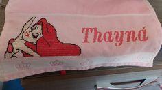 Toalhinha bordada em ponto cruz nome Thayna