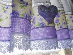 Záclonka+Fialinka+Záclonky+jsou+šity+z+bílé+bavlny,+na+které+na+oknech+prosvítá+jemný+vzoreček,+doplněna+bavlnou+s+květinovým+vzorem+a+kárečkem+ve+fialové+barvě+růžiček+proloženy+paličkovanou+krajkou.+Rozměr:+137+x+44+++3+volánek+Péče:+Doporučila+bych+prát+záclonku+ručně,+nebo+složenou+v+sáčku+na+praní+teplota+vody+40°C+na+jemné+prádlo+žehlíme+z+rubové+...