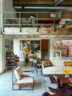 No estar, sofá Coroa, de Marcelo Rosenbaum, mesa de centro Raiz, de Jader…