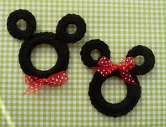 Mickey and Minnie Mouse crocheted ornaments or embellishments - could be used as gift decorations, magnets, Christmas ornaments, etc. --- use pipe cleaners for cute favors or craft Natal Do Mickey Mouse, Mickey Mouse Christmas, Mickey Minnie Mouse, Crochet Mickey Mouse, Crochet Crafts, Yarn Crafts, Crochet Toys, Diy Crochet, Crochet Disney