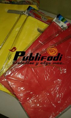 Bolsas de papel amarilla y rojo