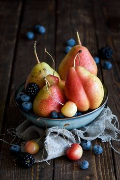 Language of Pictures - Obst Fruit And Veg, Fruits And Vegetables, Fresh Fruit, Fruits Photos, Pyrus, Fruit Photography, Image Photography, Photography Ideas, Beautiful Fruits