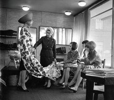 Jadwiga Grabowska zawsze w idealnie skrojonym kostiumie i turbanie na głowie. Była pierwszą dyktatorką mody w powojennej Polsce. Stworzyła firmę Moda Polska