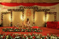 New patterns for decoration at the wedding stage in Chennai Wedding Backdrop Design, Wedding Hall Decorations, Garland Wedding, South Indian Wedding Hairstyles, Indian Wedding Stage, Wedding Mandap, Wedding Ceremonies, Simple Weddings, Wedding Events