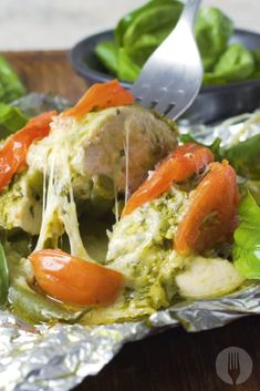 The tastiest chicken foil pack dinner prepared in 3 simple steps! Perfect for a … The tastiest chicken slide package for dinner, prepared in 3 simple steps! Perfect for a busy evening! Healthy Eating Tips, Healthy Nutrition, Healthy Recipes, Healthy Meals, Foil Pack Dinners, Lunches And Dinners, Caprese Chicken, Best Food Ever, Dinner Is Served