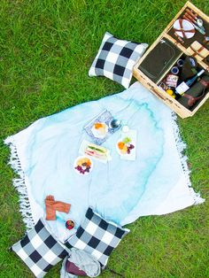 We're getting fall weather ready with this DIY watercolor throw blanket - sugar and cloth - best DIY blog - houston blogger - ashley rose