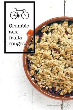 Une recette de crumble aux fruits rouges (cerises, fraises et myrtilles) qui sent bon l'été.