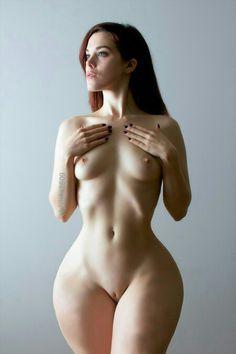nudità femminile fianchi larghi ragazza nuda