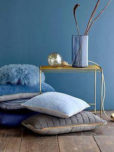 Beistelltisch & Hängeleuchte in Messing & Blau #blau #einrichten #farben #wandfarbe