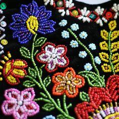 haft ludowy | Haft i koronka | Kwiaty z wiejskiego ogródka Polish Embroidery, Hand Work Embroidery, Folk Embroidery, Ribbon Embroidery, Embroidery Stitches, Native Beading Patterns, Bead Embroidery Tutorial, Arte Popular, Beaded Brooch