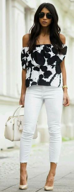 Love the graphic top with the simple bottoms and white bag