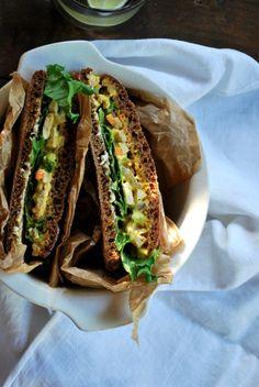 Kesän paras piknikeväs - Täytetyt tofusalaattileivät Tofu, Sandwiches, Curry, Food Food, Image, Curries, Paninis