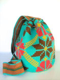 Handmade Mochilas-Bags Wayuu por HandmadeWithColor en Etsy Crochet Chart, Filet Crochet, Crochet Motif, Tapestry Bag, Tapestry Crochet, Art Bag, Poufs, Cross Stitch Embroidery, Fashion Bags