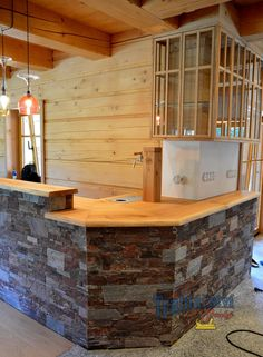 Bar s kamenou podezdívkou, barové zázemí s vinotékou a výčepním stojanem, dubové dřevo s rostlou hranou, nástřik lakem s natur efektem. #bar #vycep #pipa #stojan #pivo #chalupa #roubenka #domaci #masiv #drevo #dub #drasane #natur #lak #vinoteka #kamen Lak, Studios