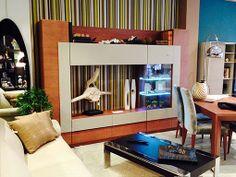 Mueble de salón de gran capacidad, que gracias a la combinación de la madera, la laca y el cristal, resulta ligero a la vista.