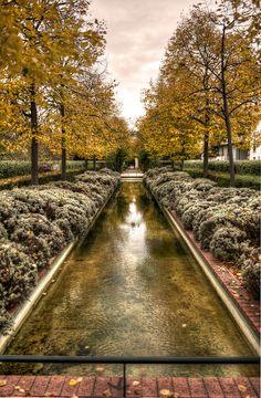 Paris 12e - La promenade plantée (coulée verte) démarre derrière l'opéra Bastille. Elle surplombe l'avenue Daumesnil jusqu'au jardin de Reuilly (Viaduc des Arts). L'allée Vivaldi constitue ensuite la partie commerçante de la promenade. Puis celle-ci continue en tunnels et en tranchées et finit par rejoindre la porte dorée et le bois de Vincennes. Photo de Damien Green. Autre vue : http://farm7.staticflickr.com/6119/6310021329_7b2af59870_b.jpg