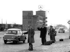 Osterverkehr. Junge Männer stehen am 30. März 1959, dem Ostermontag, an der Einfahrt zur Avus und versuchen mit dem Daumen eine günstige Rückreisemöglichkeit nach Westdeutschland zu ergattern.