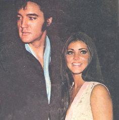 Elvis and Priscilla Presley at Nancy Sinatra concert in Las Vegas. Lisa Marie Presley, Priscilla Queen, Elvis Presley Priscilla, Elvis Presley Family, Elvis Presley Photos, Beautiful Men, Beautiful People, Nancy Sinatra, Iconic Women