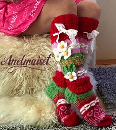 appears like red and green patternI --flower socks want some of these socks! Wool Socks, Knitting Socks, Knit Crochet, Crochet Hats, Designer Socks, Sock Shoes, Handicraft, Christmas Stockings, Needlework